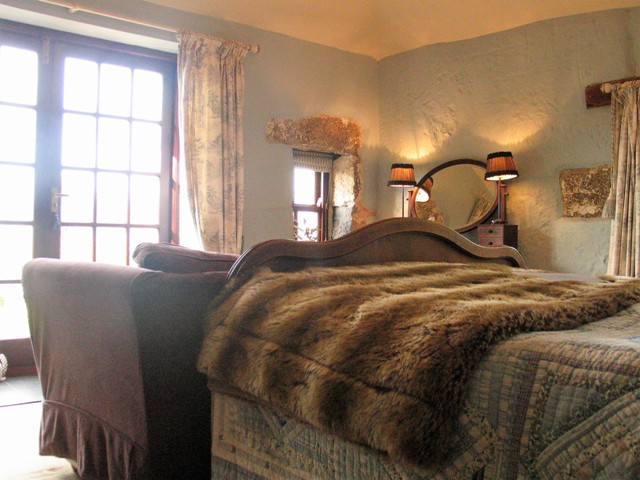 Cosy faux fur throw - luxury bed and Breakfast bedroom