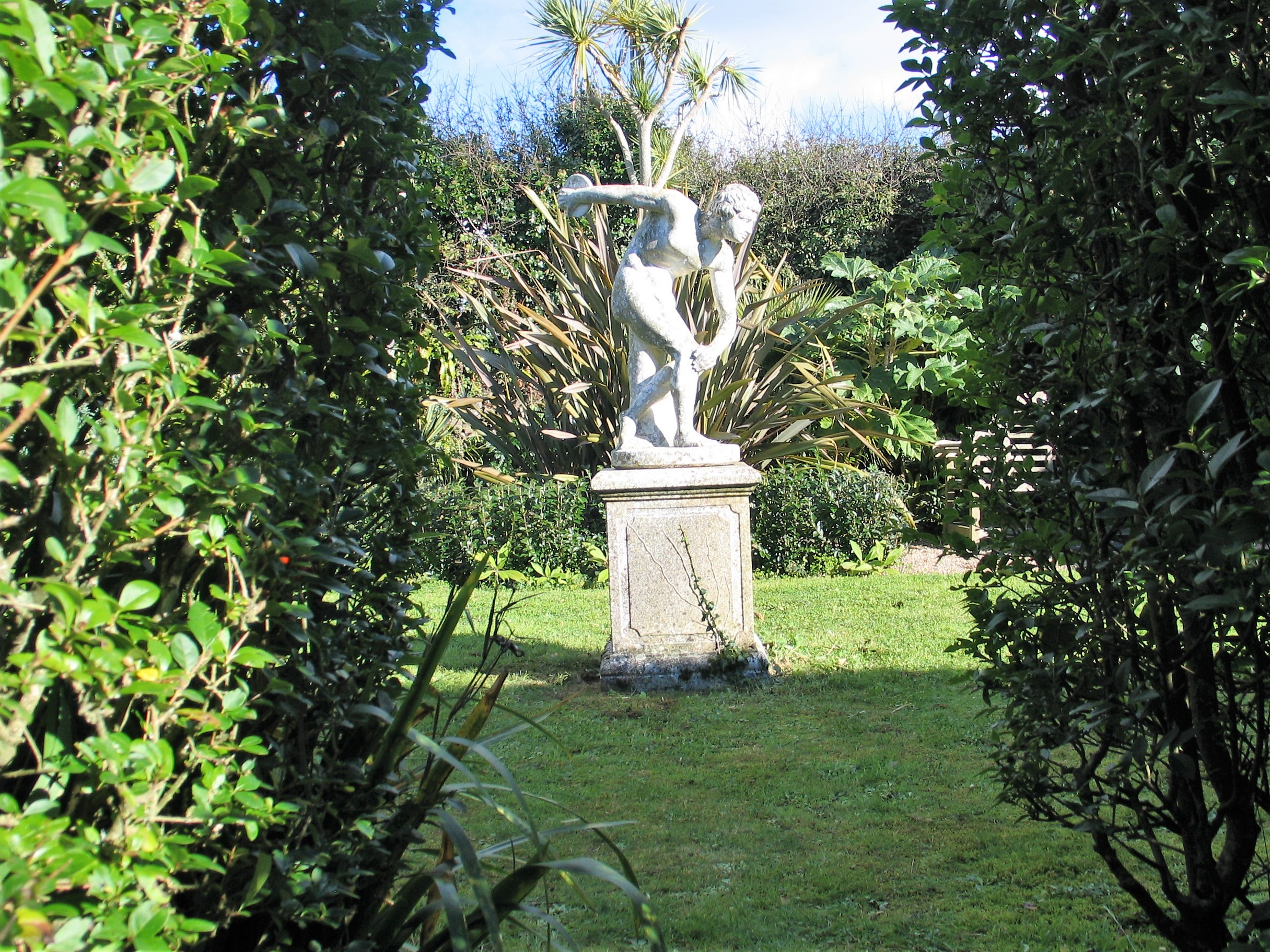 Garden opening framing a statue of a Discus thrower